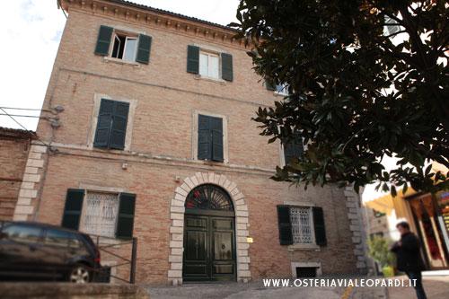 Palazzo della casa piccola osteria via leopardi for Design frontale della piccola casa